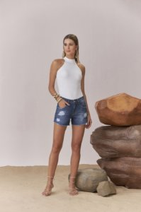 SHORT JEANS CURTO C/ RECORTE LATERAL
