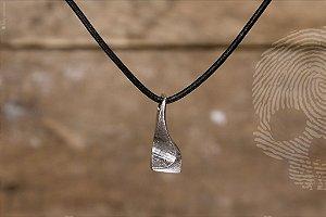 COLARES - Colar Pingente Duna Folhado em Ouro Branco em colar de couro com fecho em Prata 925