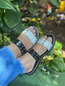 Sandália rasteira Luxo Spike preta e branca