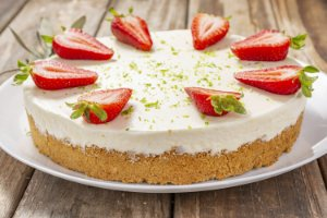 Torta Mousse de Limão, Morango e Chantilly