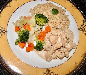3 - Estrogonofe de frango, arroz integral com amêndoas e legumes - refeição congelada