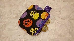 Porta-moedas em tecido com estampa de caveiras coloridas