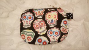 Porta-moedas em tecido com estampa de caveiras mexicanas