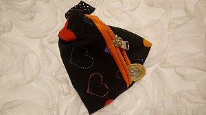 Porta-moedas de tecido em formato de pirâmide e estampa de corações