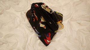 Porta-moedas de tecido em formato de pirâmide e estampa de sapatos