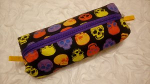 Estojo box em tecido com estampa de caveiras coloridas