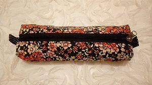 Estojo em tecido com estampa de flores