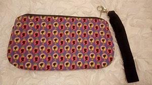 Bolsa de punho em tecido com estampa de silhueta