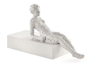 12792 - Escultura Pessoa Em Poliresina