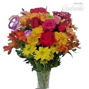 Arranjo de Rosas e Flores do Campo no Vaso de Vidro