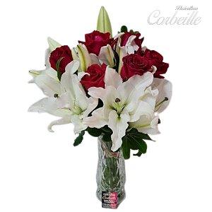 Arranjo de Rosas Vermelhas e Lírios Brancos no Vaso