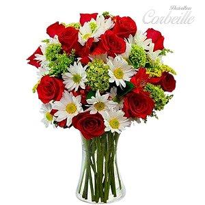 Arranjo de rosas vermelhas e margaridas brancas no vaso