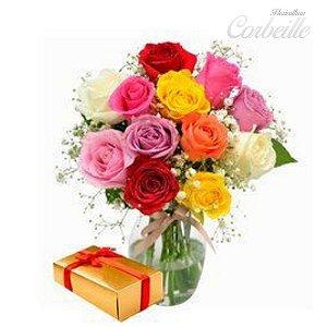 Rosas coloridas no vaso com caixa de bombom