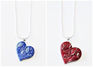 Pingente formato coração azul e vermelho