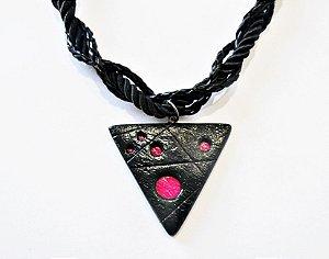 Gargantilha de triângulo vazado preto e rosa pink