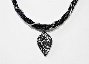Gargantilha estilo glam de pingente preto com folhas de prata