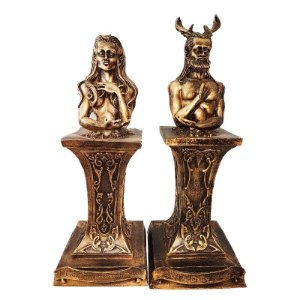 Casal de Deuses no Pedestal