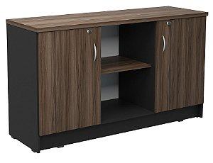 Armário baixo de escritório com duas portas e espaço aberto, contém prateleira interna removível
