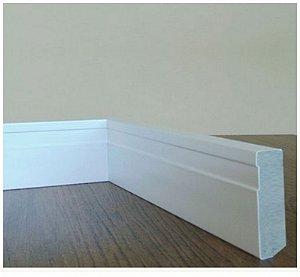 Kit Rodapé 12 barras medindo 1,85 metro linear cada de Rodapé 70 x 9 mm em MDF Plus (verde) revestido em Poliéster Branco e cola PUR. R$10,50 o metro.