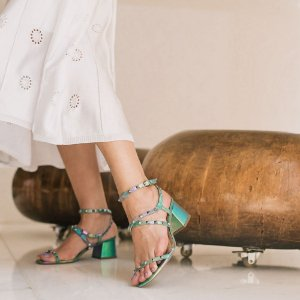 Sandália salto bloco com spikes Cláudia Mourão Colorida