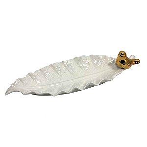 Prato Decorativo de Porcelana em Formato de Folha Branca e Passarinho Dourado