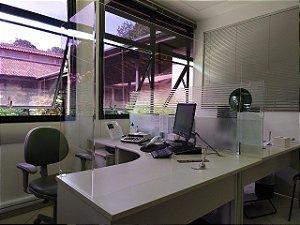 Protetor em acrílico para mesa de escritório.