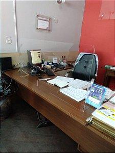 Protetor de acrílico para mesa de escritório.
