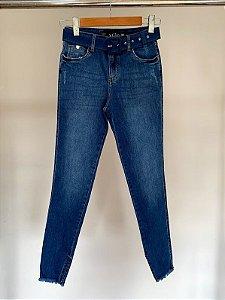 Calça cropped jeans cinto encapado daniana villon jeans