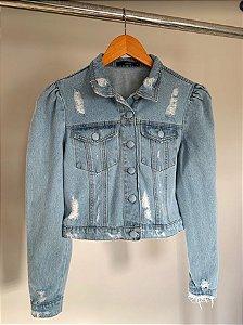 jaqueta jeans claro botão encapado manga princesa