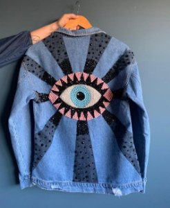 Jaqueta jeans bordada olho grego pedras