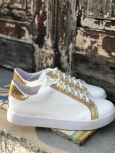 Tênis croco branco com detalhe ouro