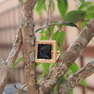 Anel cristal quadrado maxi black folheado a ouro 18K hipoalergênico