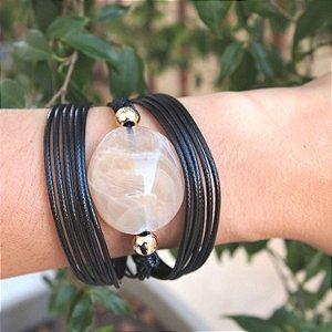 Pulseira de couro egípcia resina oval marmorizada fio black folheada a ouro 18K hipoalergênico