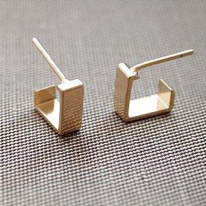 Brinco argola lisa retangular pequena folheado a ouro 18K hipoalergênico
