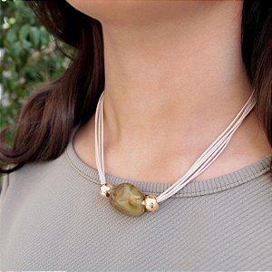Colar de couro feminino fio nude e pedra marrom resina folheado a ouro 18K hipoalergênico