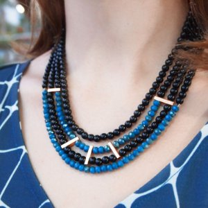 Colar de couro feminino cristais azul petróleo e pérolas black folheado a ouro 18K hipoalergênico