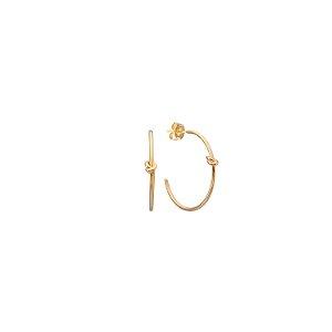 Brinco argola detalhe nó M folheado a ouro 18K hipoalergênico