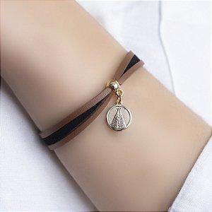 Pulseira Nossa Senhora Aparecida camurça nude e black folheada a ouro 18K hipoalergênico
