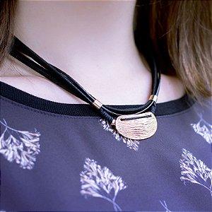 Colar preto detalhe fosco acabamento folheado a ouro 18K hipoalergênico