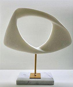 Escultura em Resina branca base mármore branco