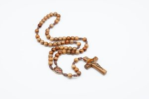 Terço de madeira imbuia, medalha Jesus Misericordioso e Nossa Senhora de Guadalupe
