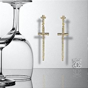 Brinco em forma de cruz cravejado com microzirconias em toda sua extensão e banhado em ouro 18k