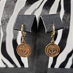 Brinco de argolinha com pequena moeda e símbolo de âncora