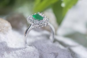 Anel Chill Emeralda com Zirconias (Tam. 13)