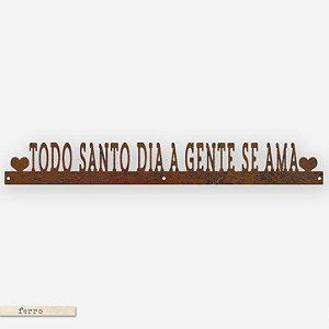 FRASE DE FERRO – TODO SANTO DIA A GENTE SE AMA