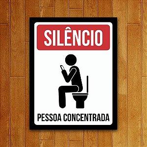 Placa Decorativa Pessoa Concentrada