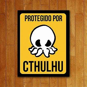 Placa Decorativa Protegido por Cthulhu - Um Sábado Qualquer