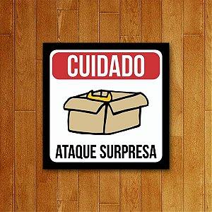 Placa Decorativa Ataque Surpresa - Um Sábado Qualquer