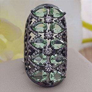 Anel banho em ródio negro com cristais verdes e microzircônias.