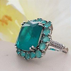 Anel com cristal quadrado verde tifanny e lateral com cristais turmalina.